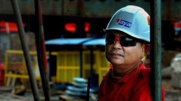 werknemer die veiligheidskleding draagt op werk