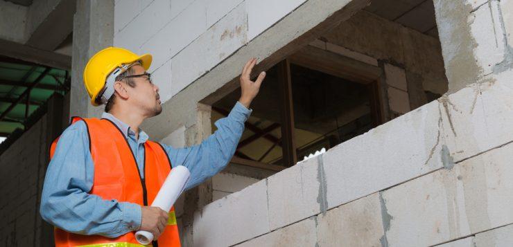 bouwvakker met als werkkleding een veiligheidsvesje