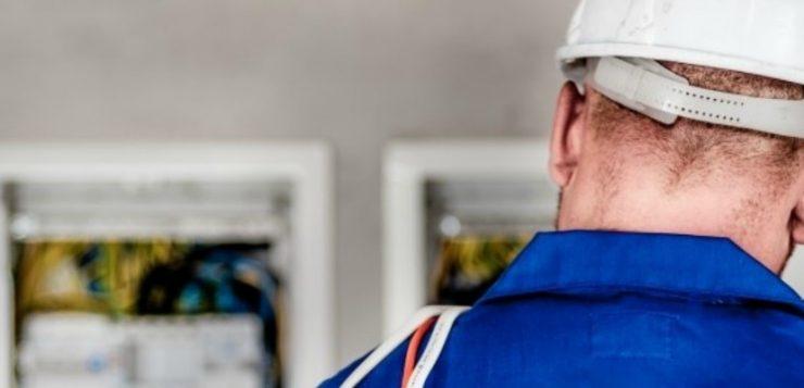 een elektricien de veilig te werk gaat