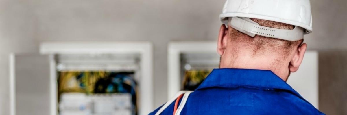 Hoe gaat een elektricien veilig te werk?